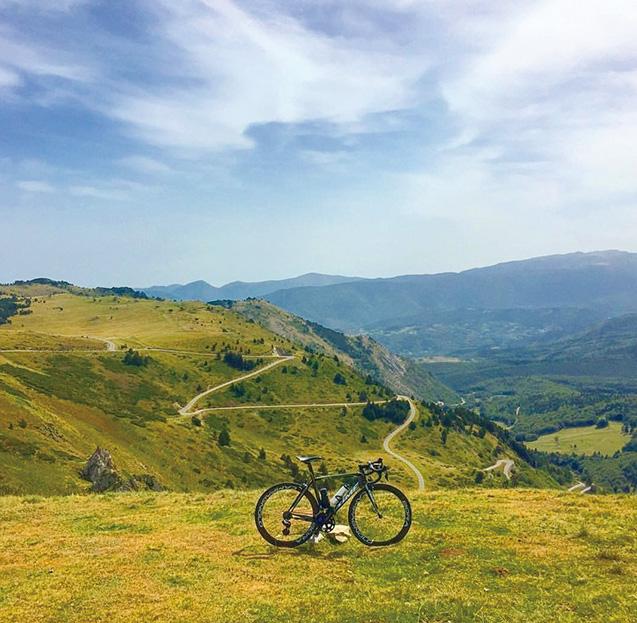ツール・ド・フランスの難所として知られるフランス のパイエール峠にて(写真は筆者提供)