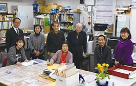 右から3人目の三浦晃太郎・教化部長(当時)を囲んで、山梨県教化部の職員と