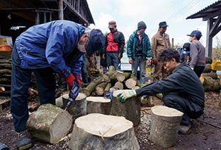NPO法人「ふじ山森の会」│静岡県富士市 菌を打つためにほだ木の断面と側面に穴を開ける 取材・写真/永谷正樹