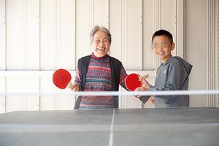 孫と。次男の家が向かいにあり、孫たちがよく遊びにきてくれる