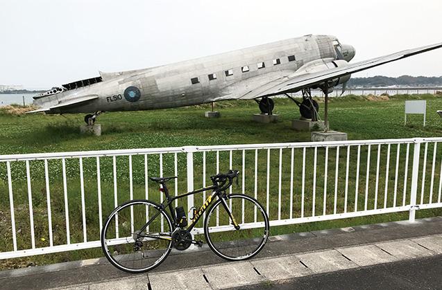 浜名湖の湖畔に置かれた、映画の撮影で使われたという飛行機の前で
