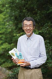 著書の『種子が消えればあなたも消える―共有か独占か』、編著の『生物多様性を育む食と農―住民主体の種子管理を支える知恵と仕組み』を手に