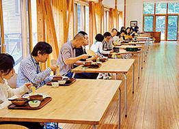食堂では対面で座るのを避け、椅子の配置を横一列に変更した