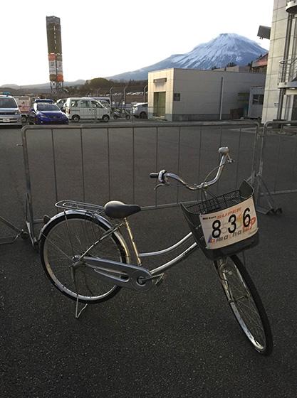 レースに使ったママチャリ。後ろには富士山がそびえる