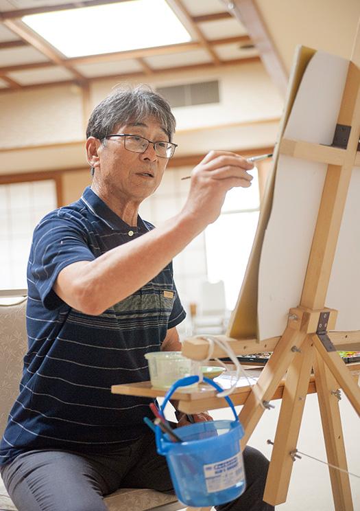 杉本光明(すぎもと・みつあき)さん│76歳│高知市 イーゼルに立てたキャンバスに向かって絵筆を走らせる杉本さん。「夢中になって描いていると、時間が経つのを忘れてしまいます」 取材/佐柄全一 写真/髙木あゆみ