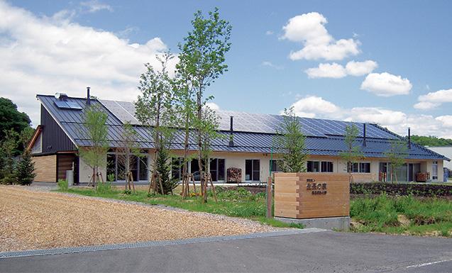 川上忠志郎(かわかみ・ちゅうしろう)生長の家福島教区教化部長 今年(2020)1月に完成した生長の家福島県教化部会館。屋根に太陽光発電装置が設置され、薪ストーブの煙突も見える。自然と調和した会館であることがよく分かる 取材・構成/編集部 写真提供/生長の家福島県教化部