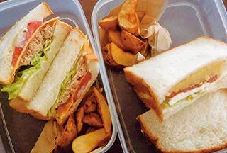 軽食喫茶店のテイクアウトを利用。環境に配慮して、持参した容器にサンドイッチを入れてもらった