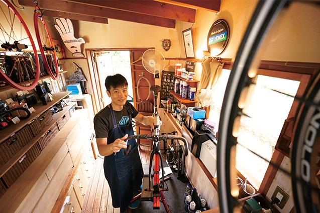 経営する自転車店「エイジサイクル」にて