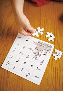 左/吉井さんが考案した音楽記号パズル。「小さな子が覚えるのに最適と大好評です」