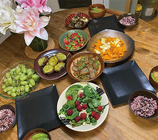 Uさん一家の食事、野菜中心料理が並ぶ
