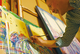 次から次に浮かんでくるイメージを、カラフルな色彩でキャンバスに描いていく
