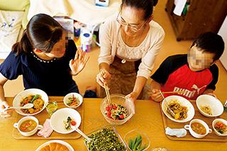 長女、長男と一緒に和気あいあいと家族でごはん。ミニトマトは長男が米のとぎ汁を与え、愛情を込めて育てた