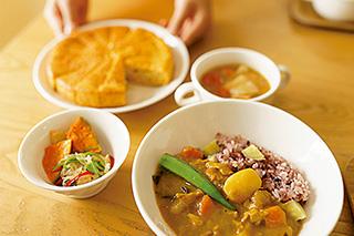 ソイミートカレーとショウガの利いたスタミナスープ、カボチャの南蛮漬け。左上のニンジンケーキは長女の手作り