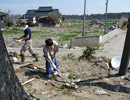神社清掃のボランティアをする相澤さん(画像提供:三浦光宏さん)