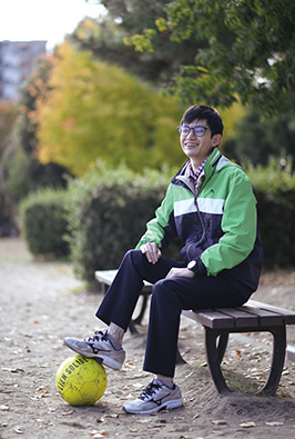 仕事場近くの公園にて。「自宅から仕事場まで、自転車で通勤しています。たまに公園でのんびりするのも気持ちいいですね」