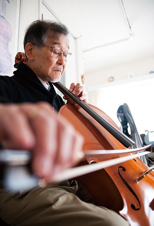 東家隆典(とうや・たかのり)さん│70歳│熊本市東区 チェロを演奏する東家さん。「弾くたびにチェロの奥深さを感じます」 取材/佐柄全一 写真/高木あゆみ