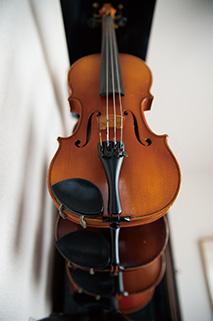 音楽との出合いは、小さな頃に習い始めたバイオリン。今も時折、バイオリンを奏でている