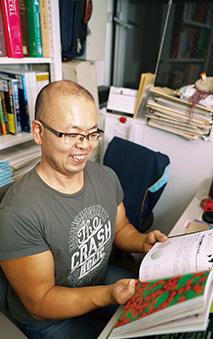 ウイルスに関する著作を手に解説する武村さん