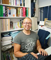 書棚に研究書がたくさん並ぶ東京理科大学の研究室で