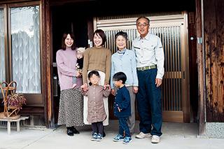 次女も一緒に玄関前に集合。西山さんの周りは、いつも家族の笑顔で溢れていた