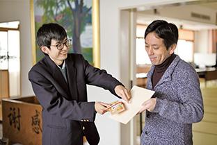 生長の家宮城県教化部職員の相澤俊弘さんと行事の打ち合わせをする