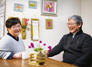 澤口さんが作った竹のクラフト作品が多く飾られているリビングで談笑する澤口さん夫妻