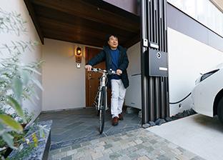 飯田さんは、地球環境に配慮して、太陽光発電(10kW)、高気密・高断熱の家に住み、電気自動車、自転車を愛用している