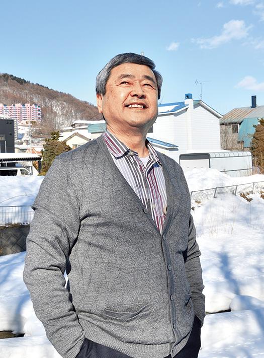 田村 修(たむら・おさむ)さん│70歳│札幌市南区 札幌市の自宅裏にある家庭菜園の前で。「雪が解けたらまた無農薬野菜を作ります」 取材/佐柄全一 写真/加藤正道