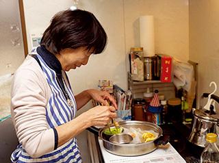 1つのフライパンで5品のおかずを調理する。「凍み豆腐などを使って、食感も楽しめるよう工夫しています」