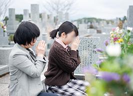 自宅からほど近い大草家のお墓にて。「常に見守ってくださるご先祖に、感謝の言葉を唱えています」とMさん