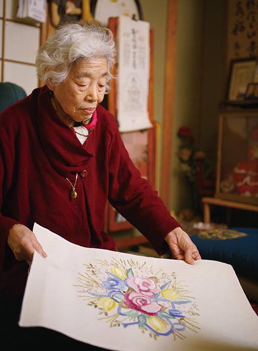 東 幸子(あずま・さちこ)さん│80歳│徳島市 古い布地をリメイクして作った座布団カバー。色に合わせた刺繍が美しい 取材/佐柄全一 写真/堀 隆弘