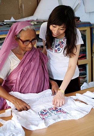 2010年、日本にフェアトレード専門ブランド「ピープルツリー」を創業した英国人女性のサフィア・ミニーさんと共にバングラデシュのフェアトレード生産者団体を訪問した末吉さん(エシカル協会提供)