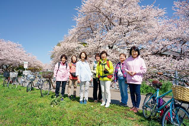 大久保恭子さん (72歳) さいたま市見沼区 コースの途中、満開の桜の下で自転車を停めて安らぐ7人の参加者。右から3人目が大久保恭子さん 取材/多田茂樹 撮影/堀 隆弘