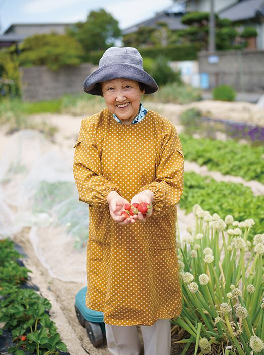 畑でとれたイチゴを手に笑顔の藤井ヒロミさん 取材/久門遥香(本誌) 写真/堀 隆弘