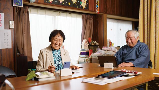 自作のスマホ・タブレットスタンドを使うヒロミさんと夫の祥孝さん